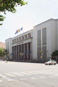 Fachada principal de la Real Casa de la Moneda – Fábrica Nacional de Moneda y Timbre, en la calle del Doctor Esquerdo. (Fotografía: Mario Sánchez).