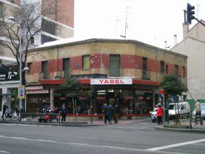 Cruce de las calles Bravo Murillo y María Zayas. Esta zona, llamada Tetuán de las Victorias, era fronteriza de Madrid con Chamartín de la Rosa, y edificios de una o dos plantas, como este de la imagen, fueron a los que les pilló la anexión. Los que estaban hacia el sur eran de Madrid; Los que estaban hacia el norte eran de Chamartín. Desde entonces están todos en Madrid, y el sector de la calle Bravo Murillo (antigua salida de Madrid hacia la carretera de Burgos) comprendido entre Cuatro Caminos y la Plaza de Castilla es una de las localizaciones con más vida de la capital, con infinidad de bares y comercios de todos los tipos. Foto: Juan Pedro Esteve García, enero de 2016.
