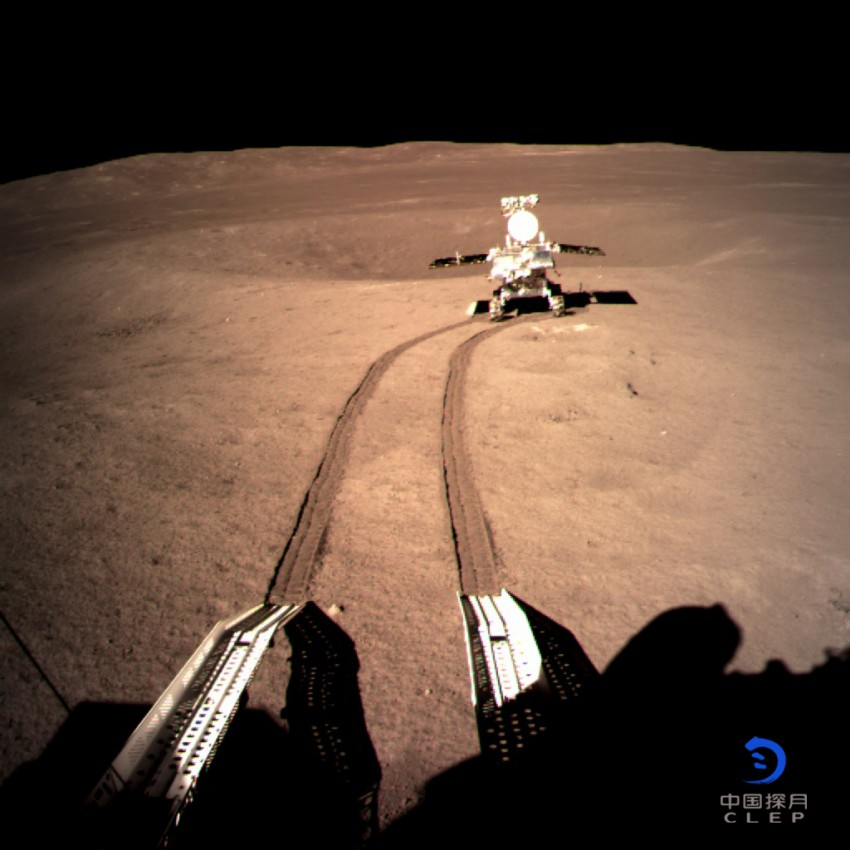"""Vehículo Yutu 2 transmitiendo las primeras imágenes al separarse de la Chang´e 4. Al contrario de lo que se ha dicho estos días en algunos medios, no son las primeras imágenes """"de"""" la cara oculta de la Luna, sino """"desde"""" la superficie de la cara oculta de la Luna, pues ambas caras han sido ampliamente sobrevoladas desde el lanzamiento de las sondas rusas Luna en 1959. Tampoco existe ninguna """"cara oscura"""" de la Luna, sino una cara oculta que no podemos ver desde la Tierra, pero esa cara tiene sus períodos de luz y de oscuridad al igual que la visible. Procedencia: CNSA, Administración Nacional del Espacio de China."""