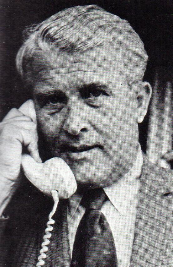 Retrato de Wernher von Braun respondiendo al teléfono.